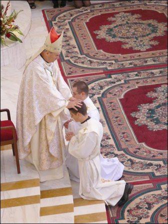 """24 iunie 2008 - În catedrala """"Sfânta Maria, Regină"""" din Iaşi, prin impunerea mâinilor PS Petru Gherghel, au primit hirotonirea întru preoţie 21 de diaconi"""